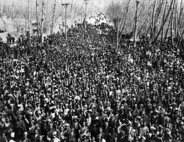 1959. március 10. Tibetiek a Potala Palota elött védik a XIV. Dalai Lámát