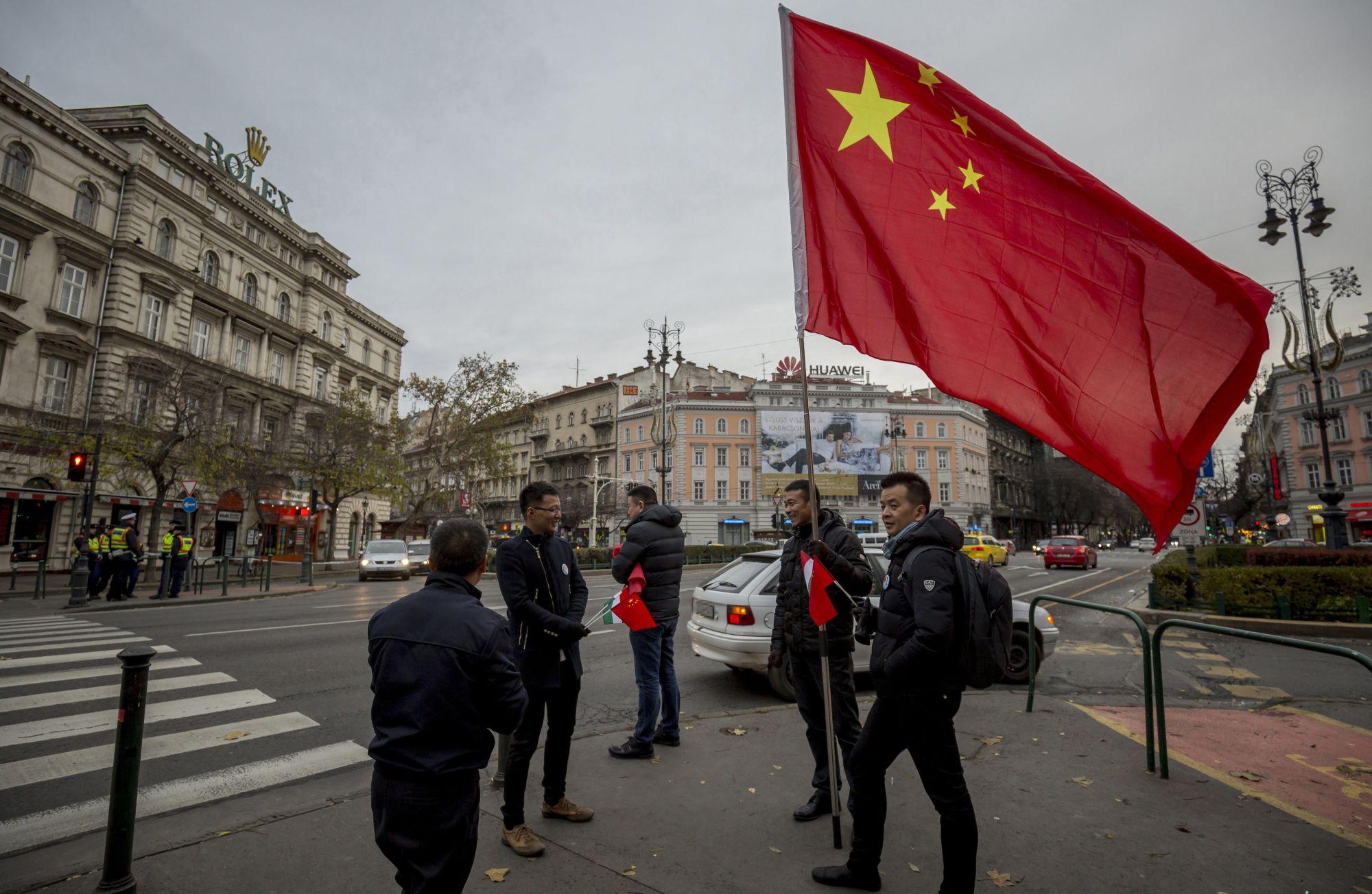 Rendőrök a József Attila utca és Bajcsy-Zsilinszky út sarkánál a kínai kormányfőt szállító gépkocsikonvoj érkezése előtt. Itt igazoltatták Hendrey Tibort.Fotó: Mohai Balázs/MTI/MTVA