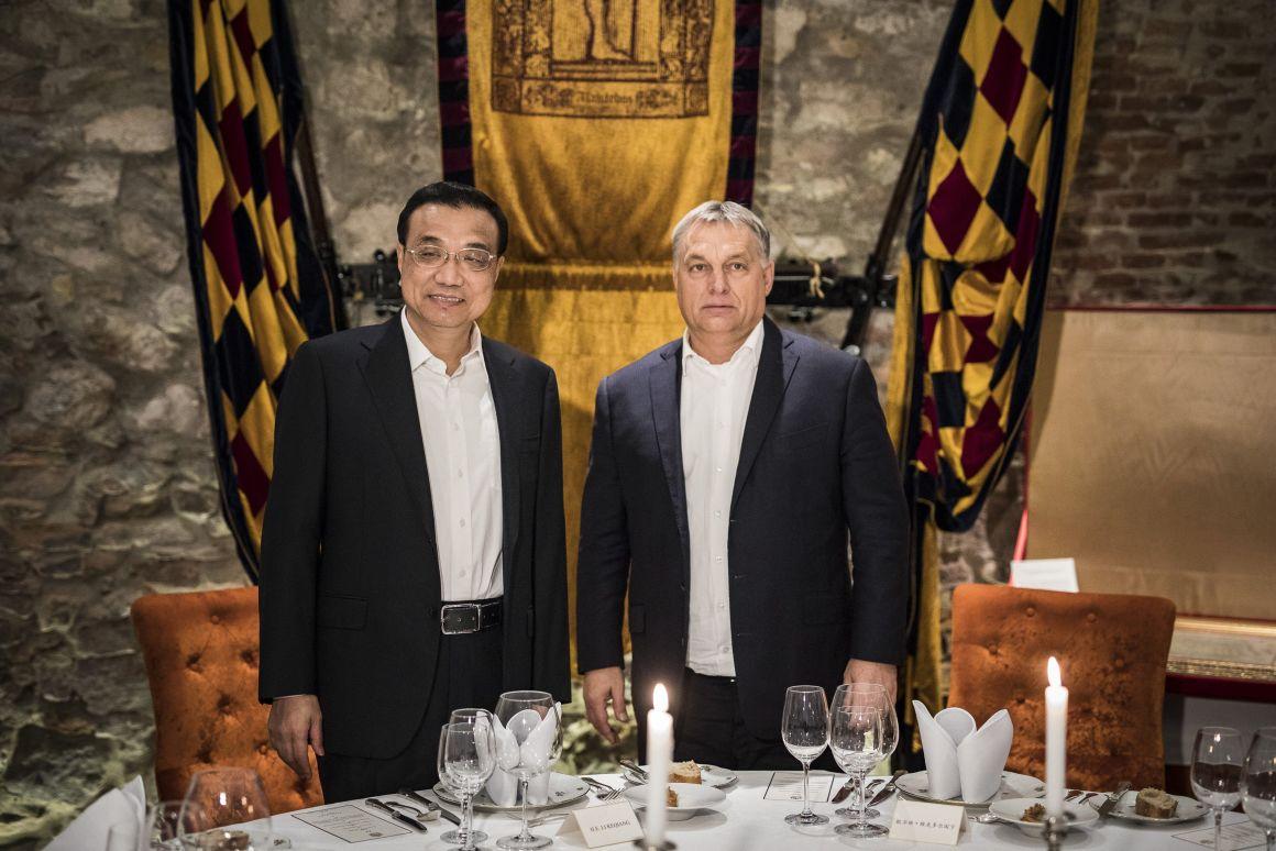 A Miniszterelnöki Sajtóiroda által közreadott képen Orbán Viktor miniszterelnök és Li Ko-csiang kínai kormányfő az I. kerületi Alabárdos étteremben, ahol a magyar kormányfő kötetlen vacsorán látja vendégül a magas rangú vendéget.Fotó: Miniszterelnöki Sajtóiroda / Szecsõdi Balázs/MTI/MTVA