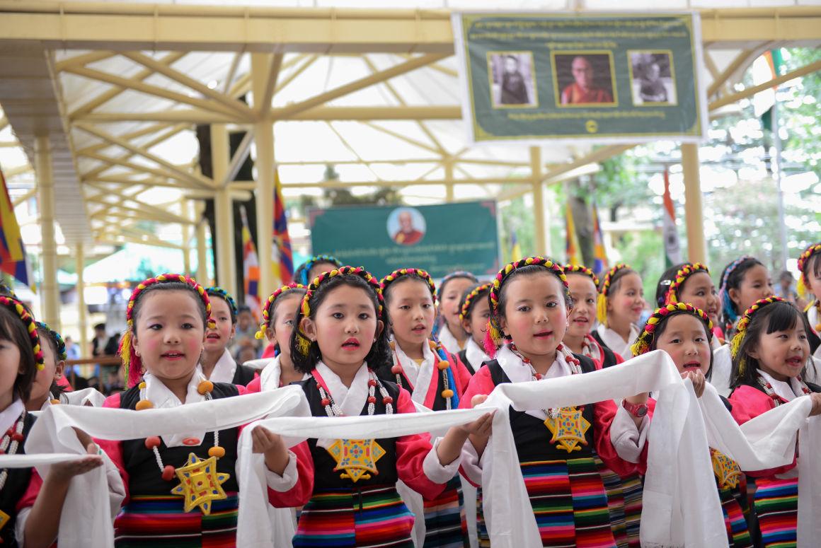 Száműzetésben élő tibeti gyerekek énekelnek a Dalai Láma 81. születésnapján az észak-indiai McLeod Ganjban, 2016. július 6-án.Fotó: Lobsang Wangyal/AFP