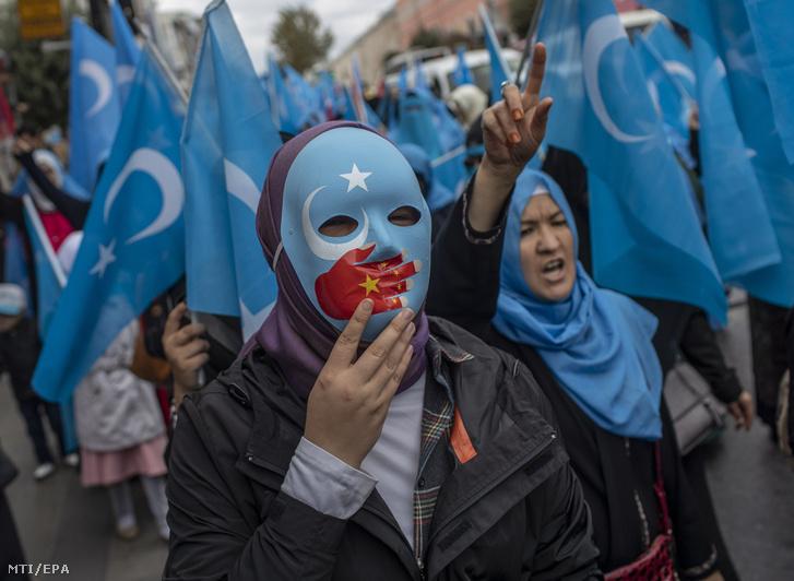 Török és a muszlim ujgur kisebbség tagjai tüntetnek Kína ellen Isztambulban 2018. november 6-án miután Kína ezen a napon visszautasította az ENSZ Emberi Jogi Tanácsának genfi ülésén azokat a nyugati vádakat hogy Peking a muszlim ujgur kisebbség mintegy egymillió tagját átnevelőtáborokba zárta az ország nyugati részén fekvõ Hszincsiang-Ujgur autonóm területen. nek.