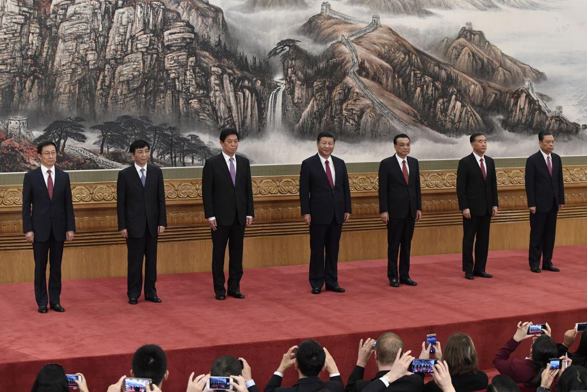 Az új állandó bizottság, Kína legnagyobb hatalmú testülete. Hszi balján Li Ko-csiang miniszterelnökFotó: WANG ZHAO/AFP