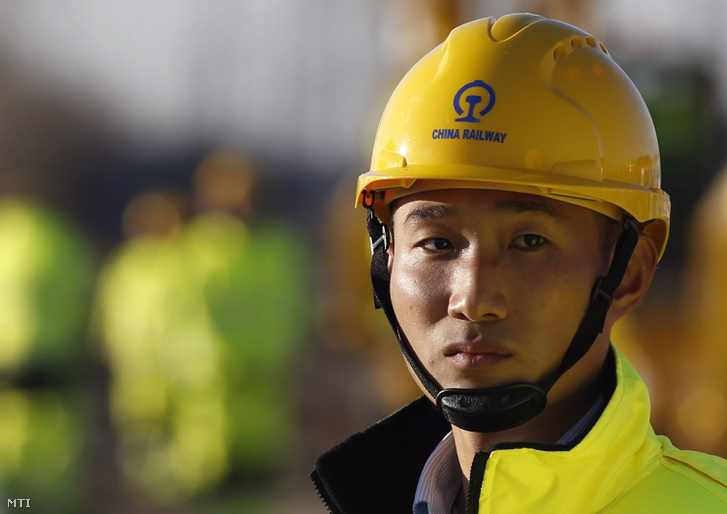 Kínai munkás egy ünnepségre vár amellyel megkezdődik a Budapest-Belgrád vasútvonal szerbiai szakaszának felújítása a Belgrád melletti Zimonyban 2017. november 28-án. Fotó: Darko Vojinovic